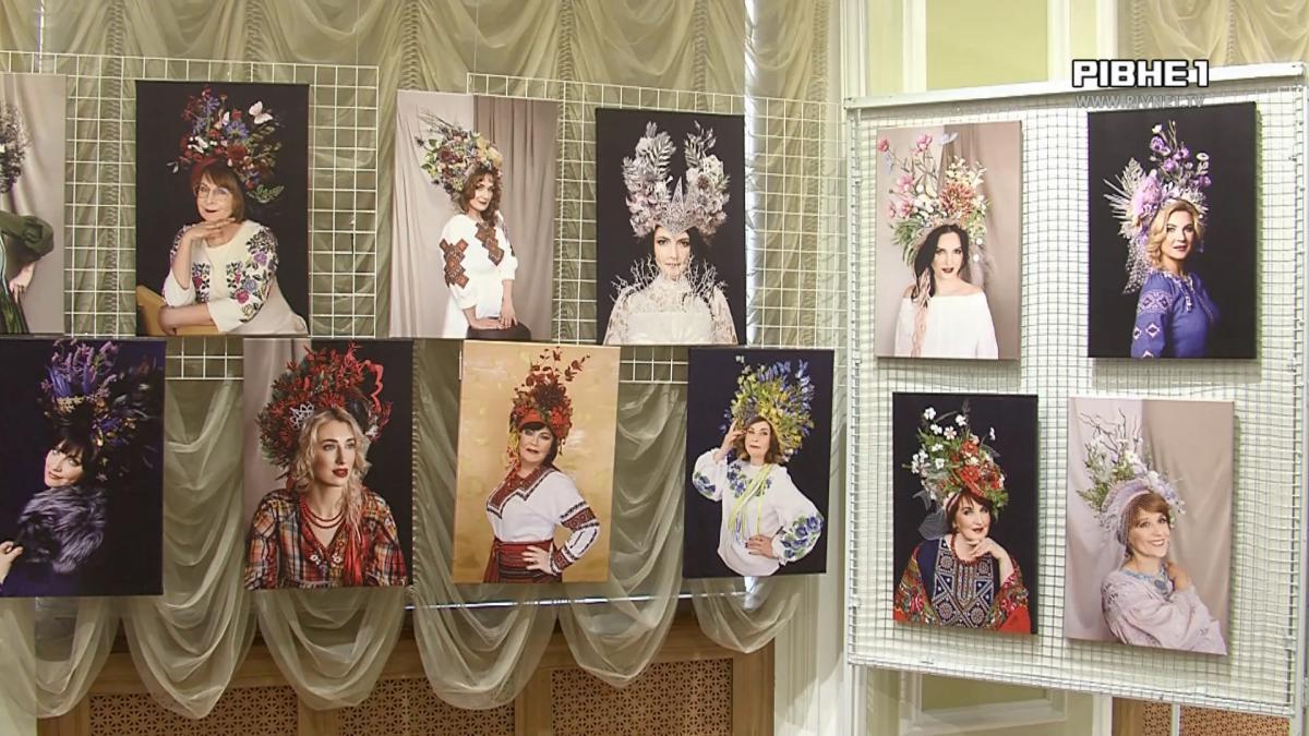 У Рівному відкрили виставку фотосвітлин жінок в авторських українських віночках (ВІДЕО)