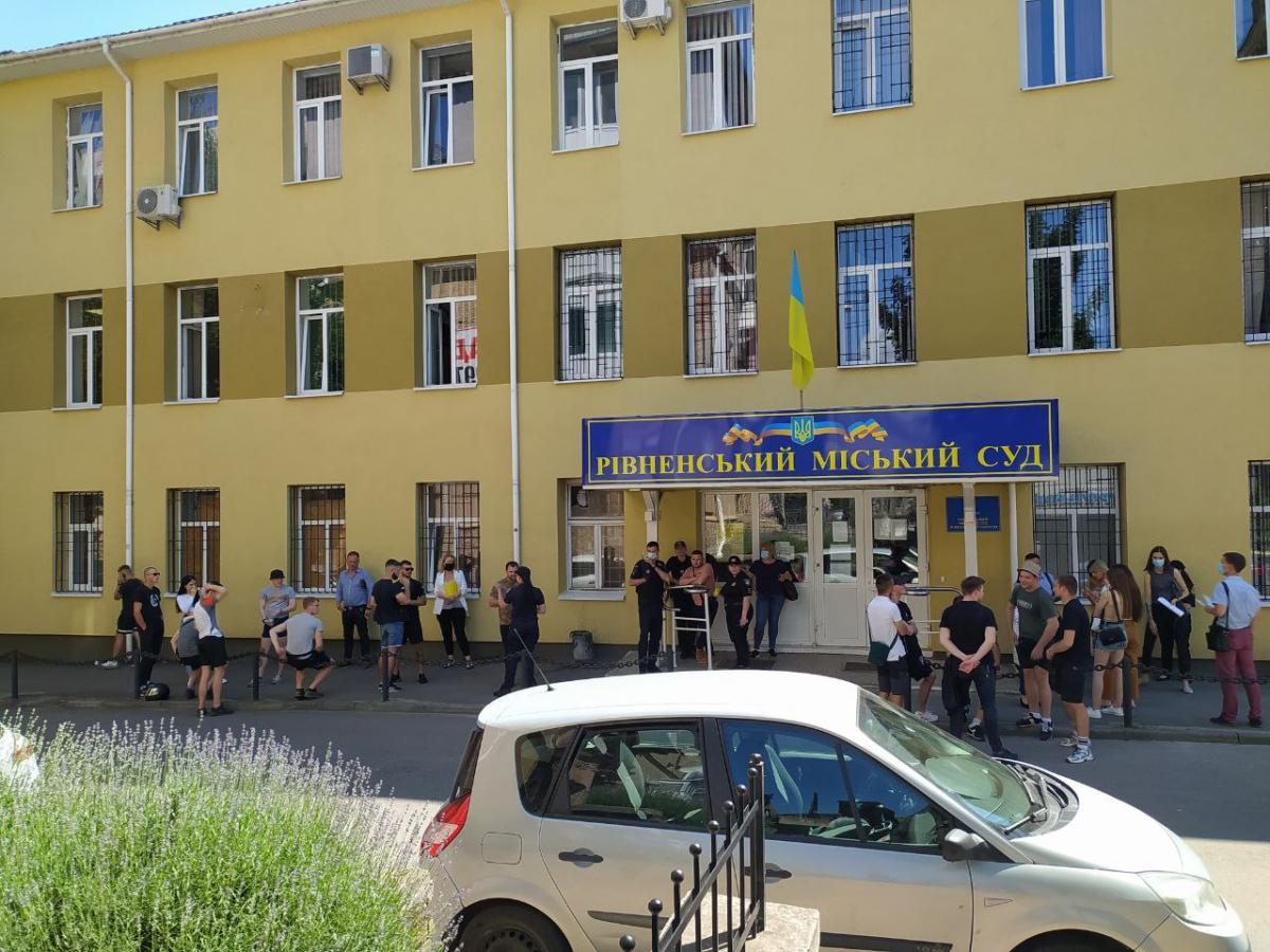 У Рівному під стінами суду зібралися жертви ґвалтівника та небайдужі активісти (ФОТО)