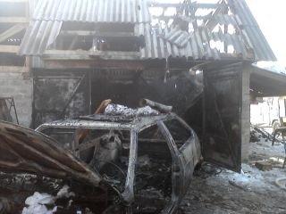 На Рівненщині через замикання електромережі згорів автомобіль, а слідом і г ...