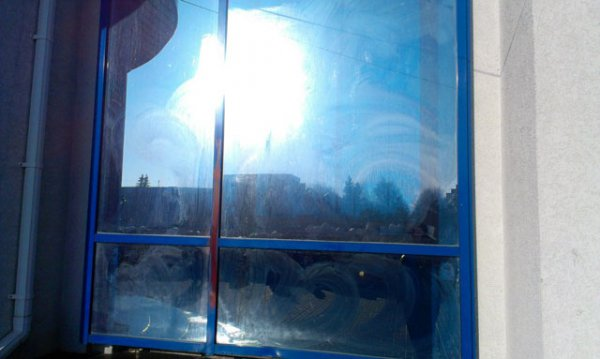 В Рівненській ОДА зникли графіті і червоно-чорний стяг