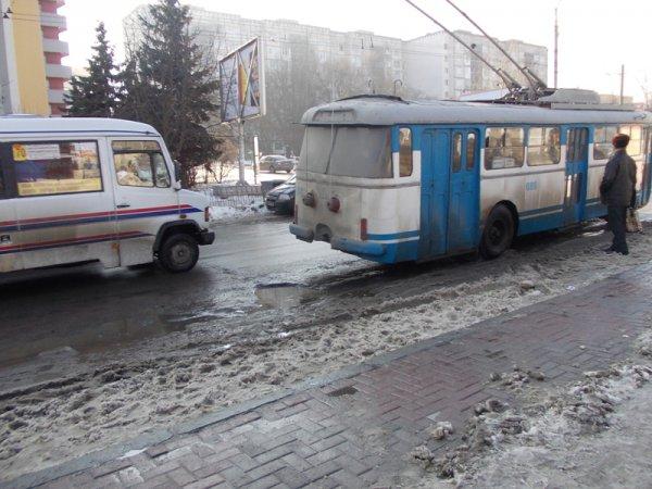 """У Рівному """"снігова каша"""" заважає громадському транспорту під'їжджати до зупинки [ФОТО]"""