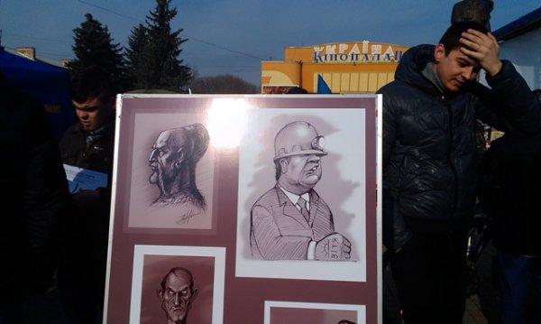 """На рівненському Майдані відкрили виставку """"революційних"""" картин Юрка Журавля [ФОТО]"""
