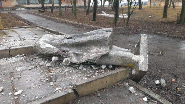 """На Рівненщині """"впав"""" пам'ятник Леніну [ФОТО]"""