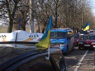 Єдність по-рівненськи: сотні автівок знову проїхались містом