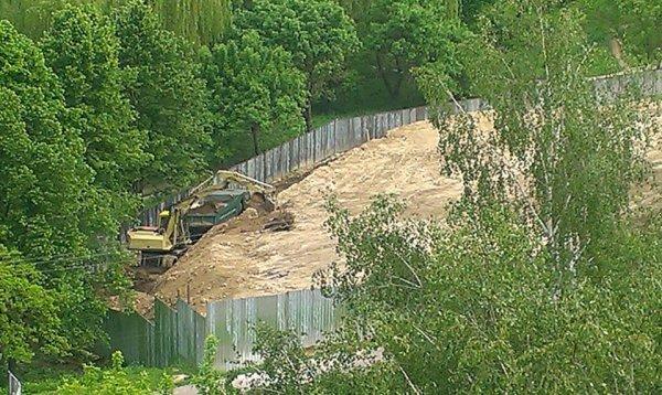 На скандальному будівництві на Пагорбі Слави у Рівному відновили роботи?
