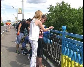 Молодь Рівного пофарбувала паркан у синьо-жовті кольори
