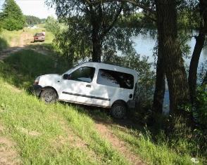 На Рівненщині чоловіка притисло автомобілем до дерева.