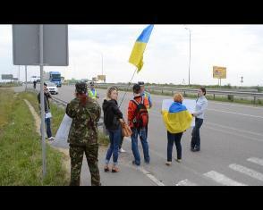 Трасу Київ-Чоп поблизу Рівного сьогодні майже перекрили