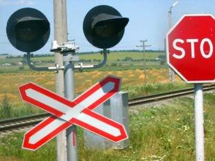 На Рівненщині мотоцикліст збив чергову по залізничному переїзду