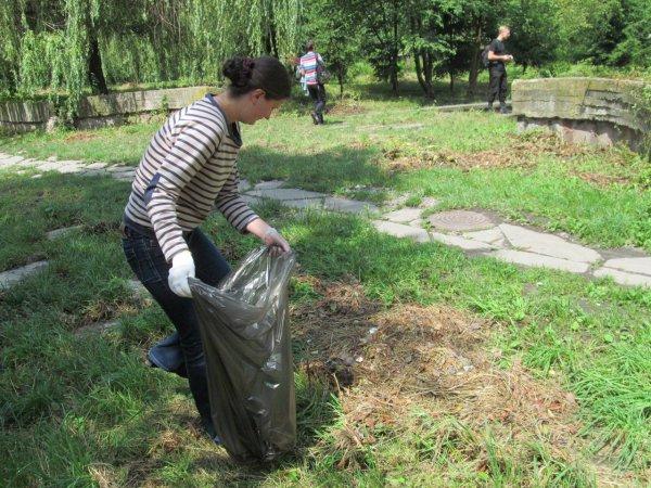 Як у Рівному парк біля ПДМу знову прибирали