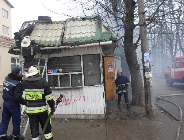 Рівненські вогнеборці ліквідували пожежу у металевому кіоску (фото) - фото 1
