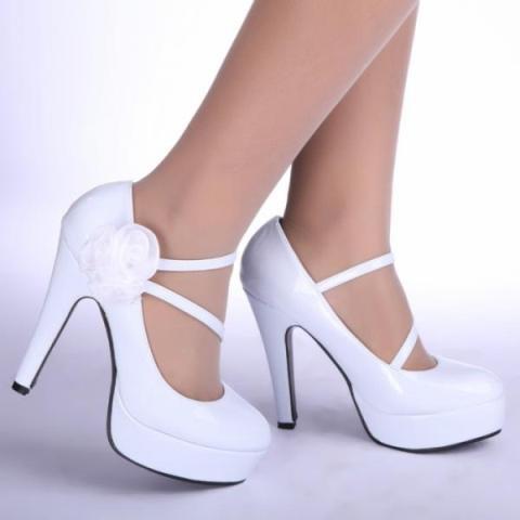 cc6ce8786d66aa Ще одна тенденція – туфлі з напівпрозорими або зовсім прозорими елементами. Весільні  босоніжки ...