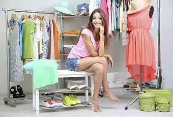 Як зберігати одяг без шафи  6 оригінальних ідей. Інтер єр. Телеканал ... 3de0df4d4d1a6