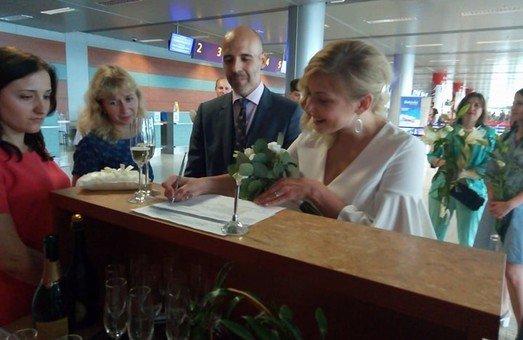 У львівському аеропорті побрались українка та уругваєць