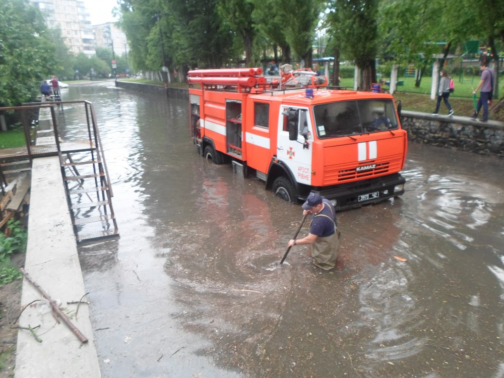 Впродовж минулої доби прикарпатські надзвичайники рятували будинки від підтоплення і відкачували воду