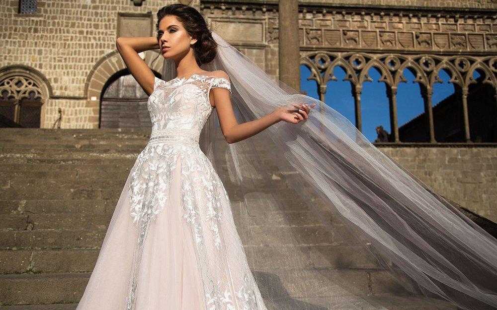 3ec25c2d22e4e4 Доступна ціна на сукні від «Моніки Лоретті» дозволяє кожній нареченій  одягнути на себе втілення жіночності і романтичності. У колекції  представлені сукні ...