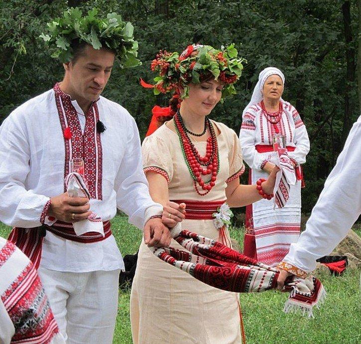 pic Під час вінчання священик з єднує праву руку нареченого з правою рукою  нареченої f9801516cbb83