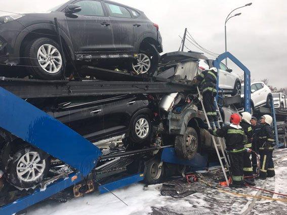 На Рівненщині загорілася вантажівка, яка перевозила нові позашляховики
