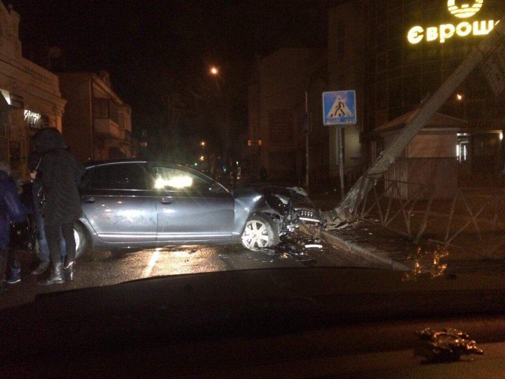 У Рівному Audi знесла електроопору (ФОТО)